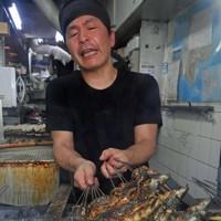 次々と焼き上げられていくウナギ=大阪市生野区の「舟屋」で2020年7月21日午前9時45分、平川義之撮影