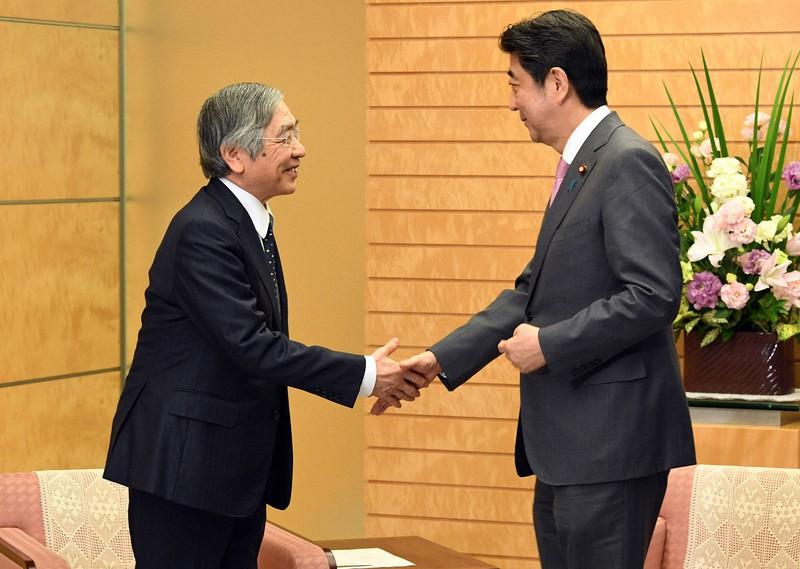 再任され安倍首相と握手する黒田日銀総裁(左)。2018年4月首相官邸で