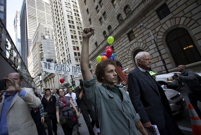 ウォール街で経済格差拡大に抗議活動する人々(2012年、ニューヨーク市)(Bloomberg)