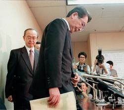 旧長銀最後の頭取を務めた鈴木恒男氏(1998年10月、東京証券取引所で)