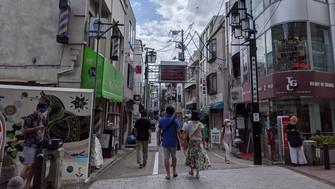 若者らが戻りつつある高円寺の商店街=東京都杉並区で2020年7月12日