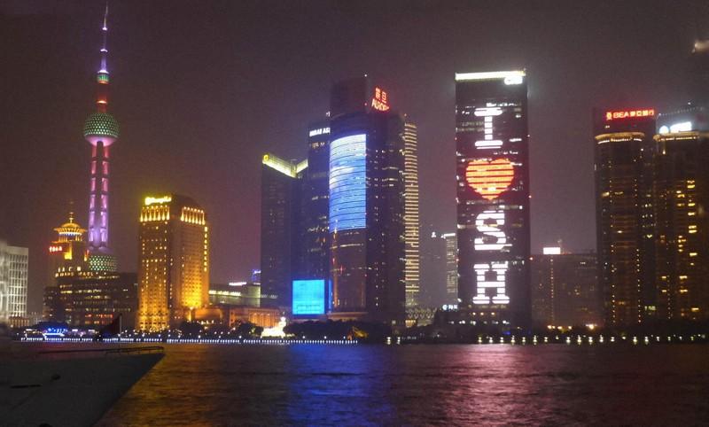 上海の浦東地区の夜景。人口2000万に以上の大都会で新型コロナによる死者は非常に少ない(2014年9月4日、筆者撮影)