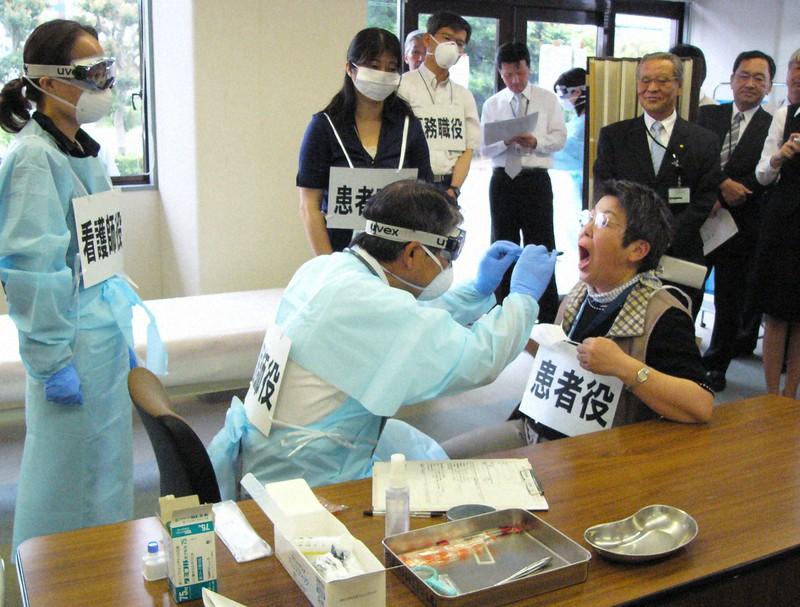 2009年に新型インフルエンザが流行した際、神奈川県海老名市で行われた発熱外来の設置訓練=2009年5月21日午後4時20分、長真一撮影