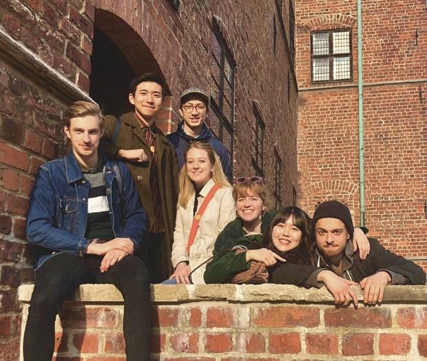 世界30カ国からの交換留学生が住む国際寮のルームメートたちと。デンマークで=筆者提供