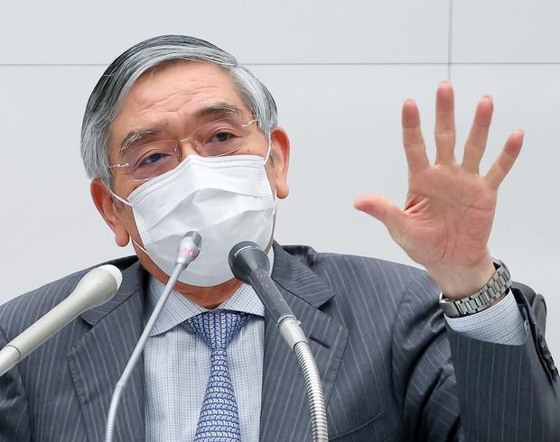記者会見する日銀・黒田総裁。大規模緩和を継続する意向だ(6月16日、東京都中央区の日銀本店で) (Bloomberg)
