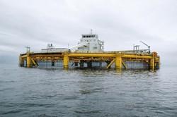 ノルウェーの養殖加工会社「サルマール」が運営するサケやマス用の大型養殖施設。直径約110㍍ほどの大型施設をわずか3人で管理する