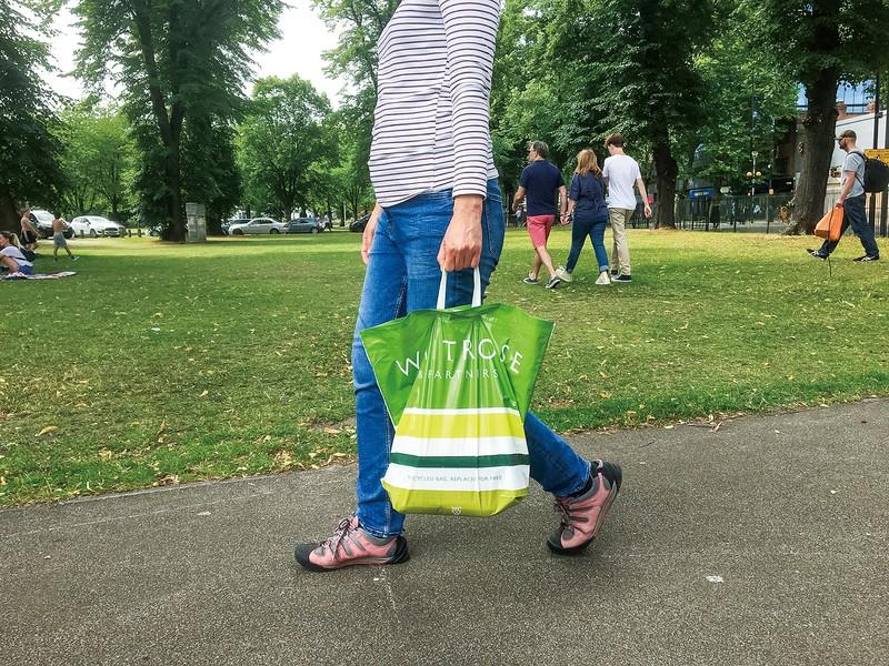 再利用可能なポリ袋で買い物をする人が増えた 筆者撮影