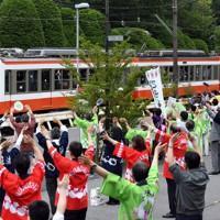全線で運行を再開し、地元の人々から祝福を受ける箱根登山鉄道=神奈川県箱根町で2020年7月23日午前10時38分、北山夏帆撮影