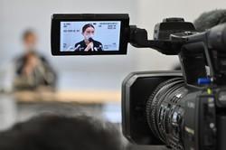 SNS上で受けた誹謗中傷に関する提訴会見で、記者の質問に答える伊藤詩織さん=東京都中央区で2020年6月8日、北山夏帆撮影
