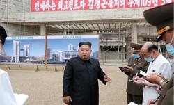 平壌総合病院の建設現場を視察する金正恩朝鮮労働党委員長(中央)。日時は不明。朝鮮中央通信が20日報じた=朝鮮中央通信・朝鮮通信