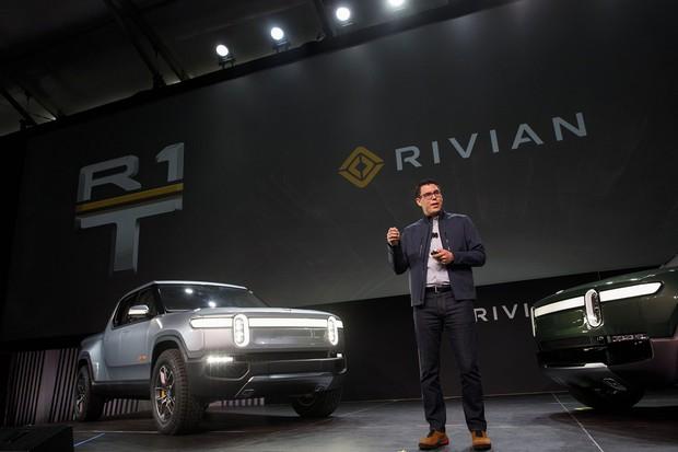 リビアン社の電動ピックアップトラックと創業者のR・J・スカリンジCEO(Bloomberg)
