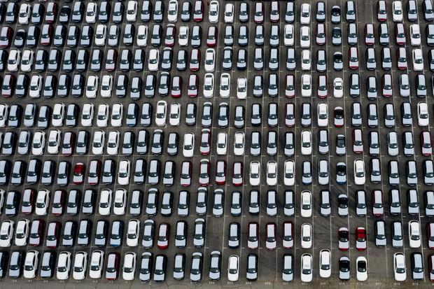 自動車販売の低迷で車で溢れるロサンゼルス港(2020年7月2日)Bloonberg