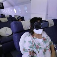 VRゴーグルを装着して海外旅行の気分を味わう利用者たち=東京都豊島区で2020年7月3日、宮武祐希撮影