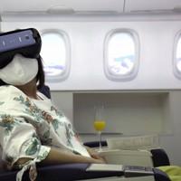 VRゴーグルを装着して海外旅行の気分を味わう利用者=東京都豊島区で2020年7月3日、宮武祐希撮影