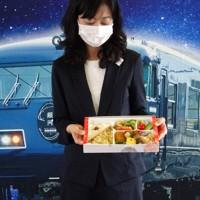 「銀河」の客向けに山陰地域で提供される弁当などおもてなしの品々=鳥取県米子市弥生町のJR西日本米子支社で2020年7月22日午前10時54分、柴崎達矢撮影