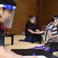 フェースシールド姿で語りコースに参加する生徒たち=大阪市天王寺区で、木葉健二撮影
