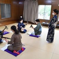ワークショップはなるべく距離をとって行われる=大阪市天王寺区で、木葉健二撮影