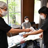 生徒はマスク着用で、参加の前に検温する=大阪市天王寺区で、木葉健二撮影