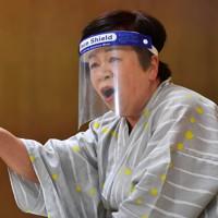 下腹に力を入れ、情感のこもった大きな声で語る太夫の竹本雛子さん=大阪市天王寺区で、木葉健二撮影