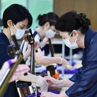 感染症対策として、マスク姿でビニールの手袋をして三味線のバチを持つ=大阪市天王寺区で、木葉健二撮影
