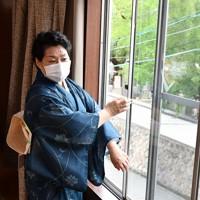 1時間に1回の換気で窓を開ける竹本住蝶さん=大阪市天王寺区で、木葉健二撮影