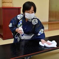 太夫の本読みで使う机を消毒する豊沢雛文さん=大阪市天王寺区で、木葉健二撮影