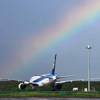 強い雨の後、羽田空港で見られた虹=東京都大田区で2020年7月26日午後4時21分、手塚耕一郎撮影
