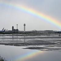 強い雨の後、羽田空港で見られた虹=東京都大田区で2020年7月26日午後4時1分、手塚耕一郎撮影