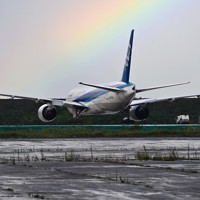 強い雨の後、羽田空港で見られた虹=東京都大田区で2020年7月26日午後4時15分、手塚耕一郎撮影