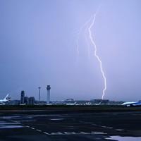 夕暮れの中、羽田空港周辺で見られた雷=東京都大田区で2020年7月26日午後6時34分、手塚耕一郎撮影