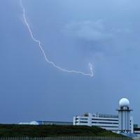 夕暮れの中、羽田空港周辺で見られた雷=東京都大田区で2020年7月26日午後6時25分、手塚耕一郎撮影
