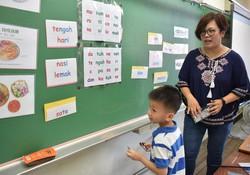 マレー語の授業では、ゲーム形式で楽しみながら言葉を覚える工夫もされていた=台湾北部・新竹県の二重小学校で2020年6月4日、福岡静哉撮影