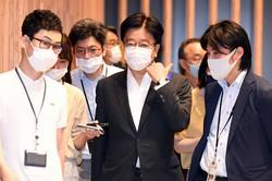 新型コロナウイルス感染症対策分科会を終え、記者団に囲まれる加藤勝信厚生労働相(中央)。分科会では旅行需要喚起策「Go Toトラベル」事業について、東京都内への旅行や、東京都在住者の旅行を対象から外す方針が了承された=東京都千代田区で2020年7月16日、北山夏帆撮影