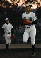 強打に加え遊撃手としての守備にも定評のある尽誠学園の仲村光陽(手前右)=香川県善通寺市の尽誠学園グラウンドで2020年2月19日、喜田奈那撮影