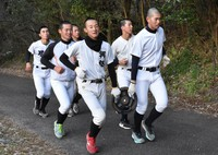 6人のグループで10キロの重りを持って走る尽誠学園の選手たち=香川県善通寺市の大麻山で2020年2月6日、喜田奈那撮影