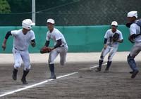 実戦を想定した守備練習をする智弁和歌山の選手たち=和歌山市冬野の同校グラウンドで2020年7月22日、橋本陵汰撮影