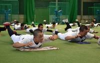 筋力トレーニングに励む尽誠学園の選手たち=香川県善通寺市で2020年7月7日、喜田奈那撮影