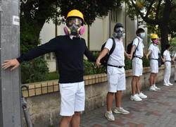 校門前で「人間の鎖」を作り、政府に抗議する高校生=香港で2019年9月9日午前7時31分、福岡静哉撮影