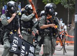 銃を手にデモ隊の強制排除に向かう機動隊員=香港・銅鑼湾で2020年7月1日午後3時40分、福岡静哉撮影