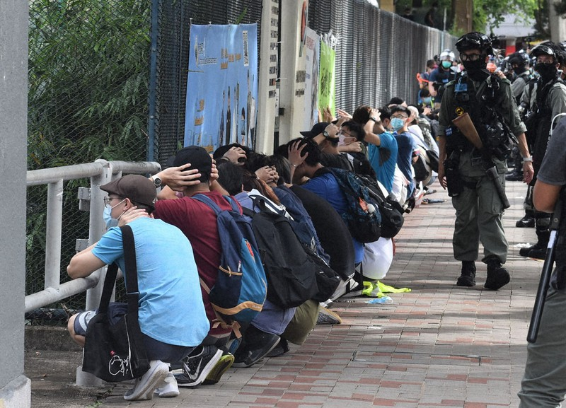 機動隊に拘束された大勢のデモ参加者たち=香港・銅鑼湾で1日午後4時12分、福岡静哉撮影