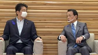 「骨太の方針」を決定する閣議に臨む安倍晋三首相(左)と麻生太郎財務相=首相官邸で2020年7月17日、竹内幹撮影