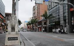 新型コロナによる外国人観光客の減少で人通りが少なくなった那覇市の国際通り=2020年3月9日、遠藤孝康撮影