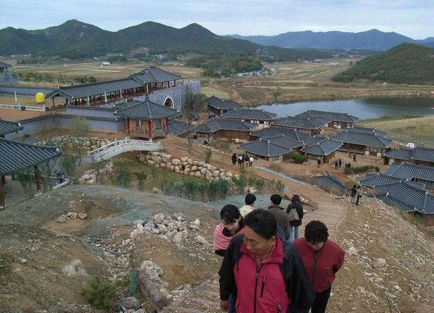 韓国・羅州にある「朱蒙」の屋外セット。現在放送中のため韓国人観光客が多数訪れていた 2006年11月7日撮影