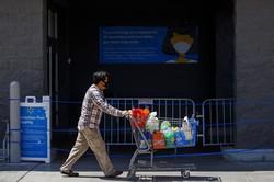 現金給付などの支援策で米小売売上高は回復している(Bloomberg)