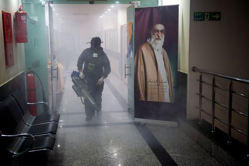 感染者数は2500万人に(テヘラン市内の消毒作業)(Bloomberg)