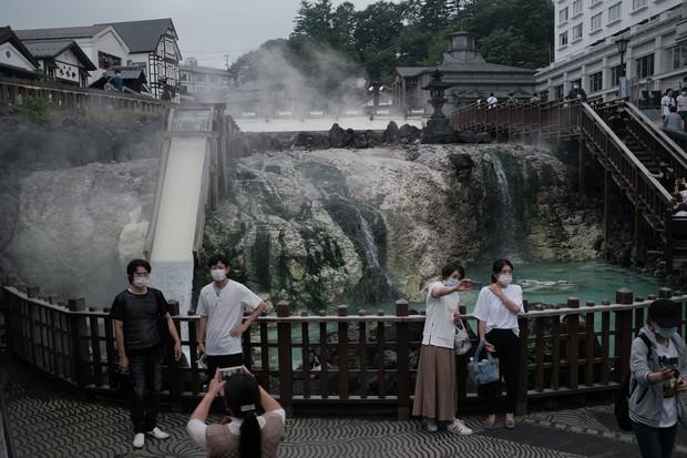 群馬県の草津温泉を訪れる観光客(Bloomberg)