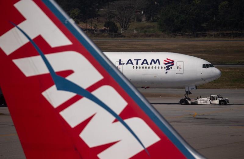 経営破綻した中南米航空最大手のLATAM(ラタム)航空(ブラジルのサンパウロにあるグアルーリョス国際空港のLATAM機(Bloomberg)