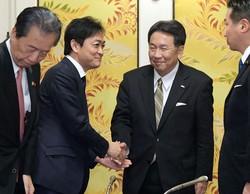 立憲民主党の枝野幸男代表(中央右)と国民民主党の玉木雄一郎代表(同左)は野党結集の必要性では一致するが……(国会内で2019年12月17日)