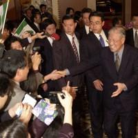 宿泊先のホテルに到着し、在日台湾人の人たちに熱烈な出迎えに応える李登輝前総統(右)=大阪市北区のホテルで2001年4月22日午後7時21分、北村隆夫撮影