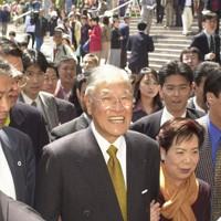 夫人と連れ添い散歩を楽しむ李登輝氏=大阪市北区で2001年4月23日午前10時55分、梅村直承撮影